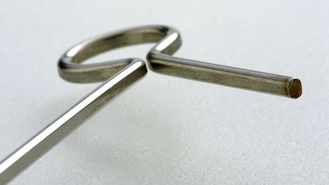 2.4x3.0mmの太く剛性の強いフラットボディーステンレス鋼材をR=8.5mmに曲げたこだわりの素材と形状です。